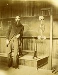 LU-083.1751 - Man with beard, next to skeleton